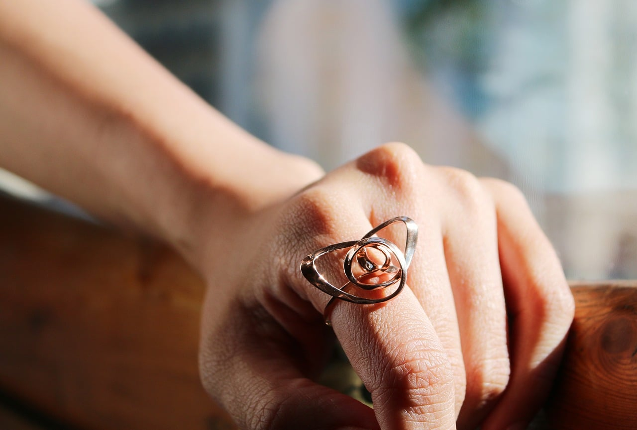 beautiful Knot ring design on the finger